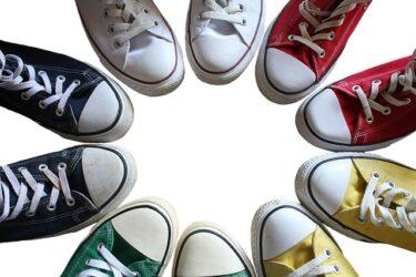 スニーカーの靴紐を結ぶのが面倒な人に百均のダイソーで買える結ばない靴紐を紹介します